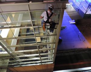 Cistenie okien na budove
